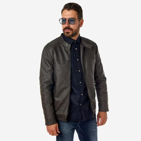 Δερμάτινο μπουφάν καφέ από υψηλής ποιότητας σύνθεση και κομψή σχεδίαση στους ώμους και άνετη φόρμα για το σώμα. Διακριτικές λεπτομέρειες τα κουμπάκια στον λαιμό και οι τσέπες φερμουάρ. STYLE: Αγαπημένο look πολλών ανδρών, αφού είναι το μπουφάν που ταιριάζει το ίδιο όμορφα με πουκάμισο ή μπλούζα μαζί με jean ή chino παντελόνι.